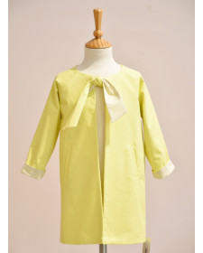 GIRL YELLOW TRENCH LUNARES EN MAYO
