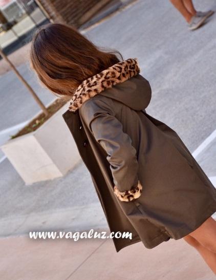 Gabardina de Mía y Lía con detalles de animal print. Zapatos de leopardo ... 63ef67f92cdcb