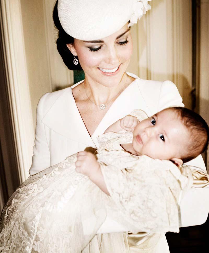 8757e1407 princesa Charlotte el día de su bautizo con su madre la duquesa de Cambridge