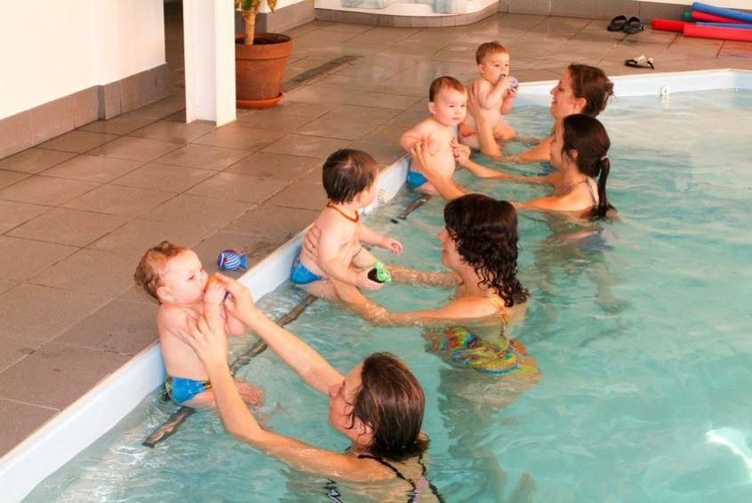Por qu deber as ir a la piscina con tu beb matronataci n vagaluz - Gorro piscina bebe ...